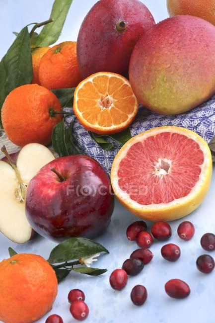Цельные и половинные фрукты и ягоды — стоковое фото