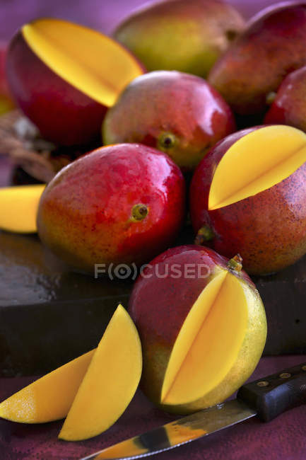 Fresh mangoes with slices — Stock Photo