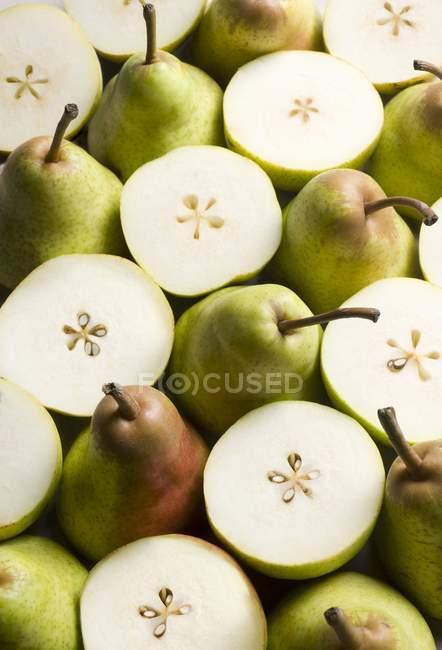 Peras frescas com metades — Fotografia de Stock