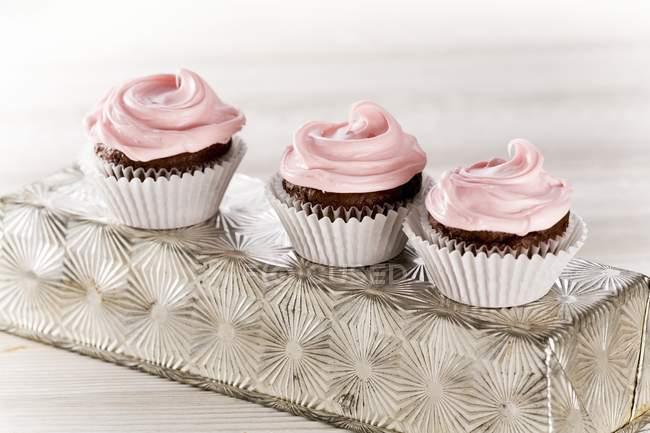 Biscoitos de chocolate com cobertura de rosa — Fotografia de Stock