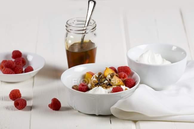 Yogurt con frutta fresca e cereali — Foto stock