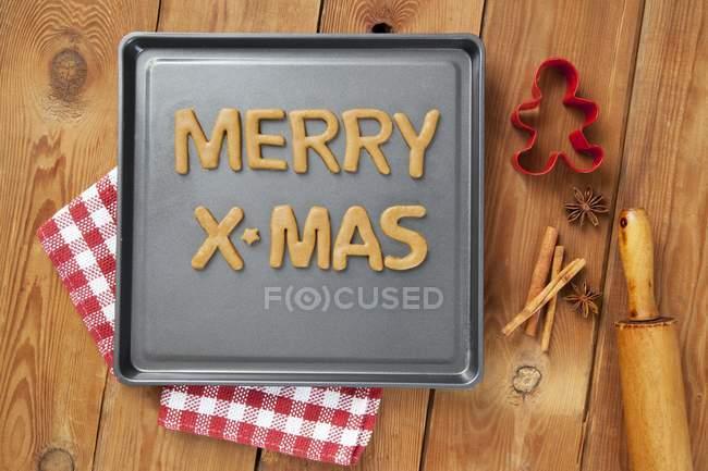 Vue du haut des mots Merry X-Mas coupé à partir de pâte à biscuits — Photo de stock