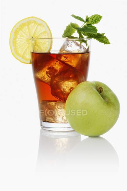 Iced tea with apples and mint — Stock Photo