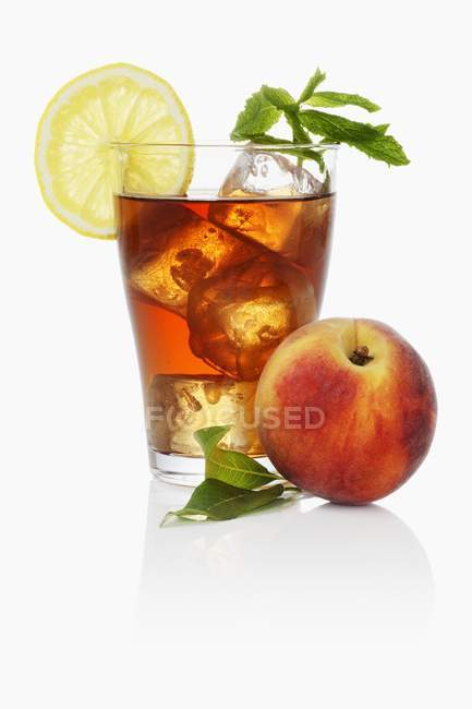 Iced tea with peach and mint — Stock Photo