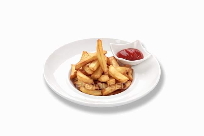 Pommes mit Ketchup auf Teller — Stockfoto