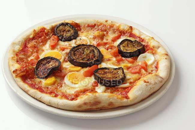 Grilled aubergine and egg pizza — Stock Photo