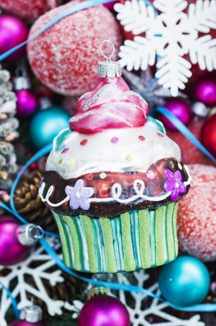 Christbaumkugel Cupcake auf Weihnachtsschmuck — Stockfoto