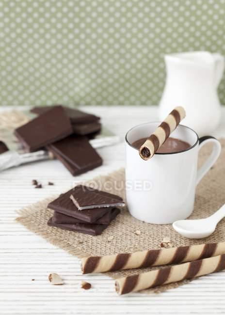 Heißer Schokolade serviert mit Wafer Zigarren — Stockfoto