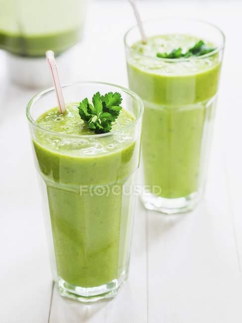 Зеленые коктейли с петрушкой — стоковое фото