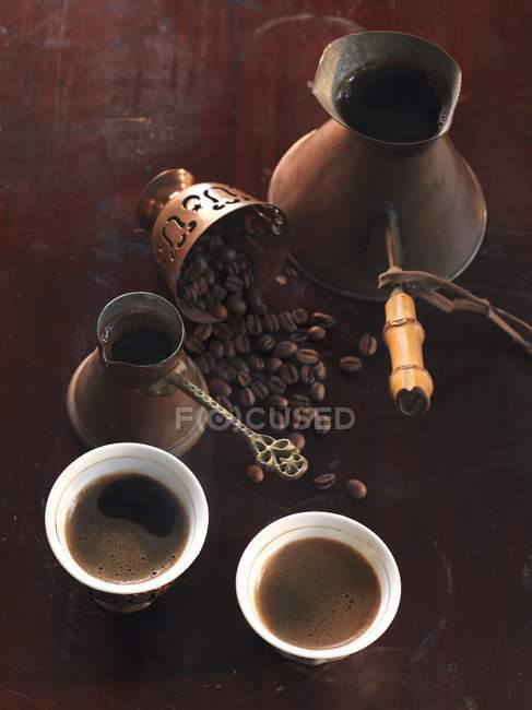 Turkish coffee in cups and mocha beans — Stock Photo