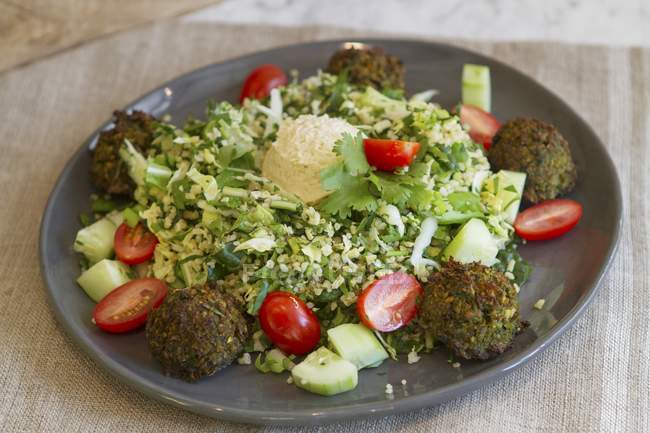 Bulgur salad with falafel — Stock Photo