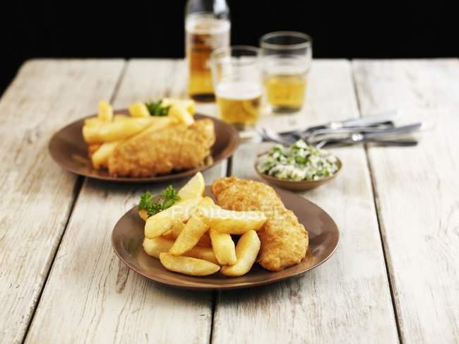 Рыба и чипсы с зеленым маслом — стоковое фото