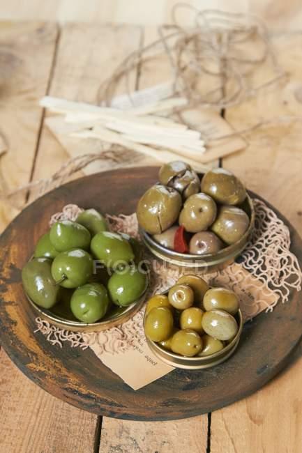 Olive marinate in coperchi metallici — Foto stock