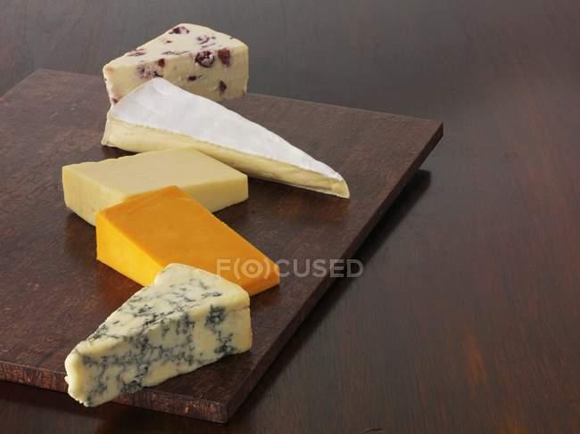 Diversas cuñas de queso - foto de stock