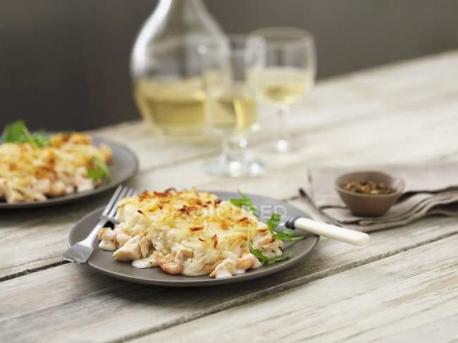 Рыбный пирог с креветки и трески — стоковое фото