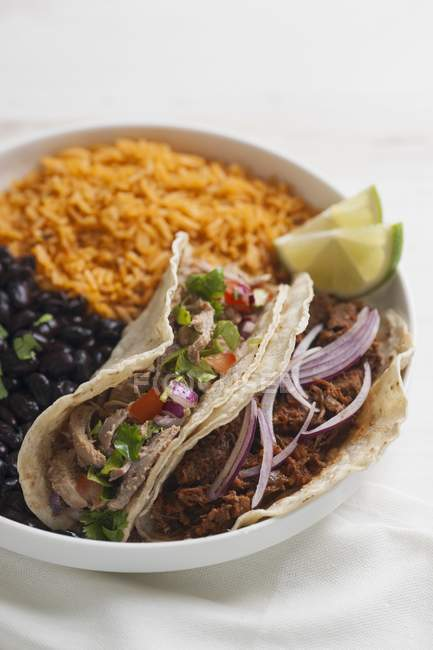 Tacos con carne de diversos - foto de stock