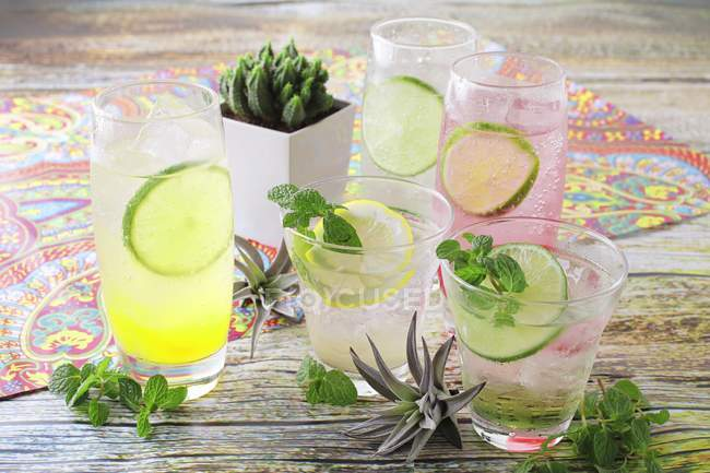 Varias Margaritas con rodajas de limón - foto de stock
