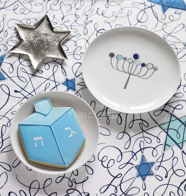 Крупным планом зрения звездных Щепка блюдо с тарелкой и печенье для Хануки — стоковое фото