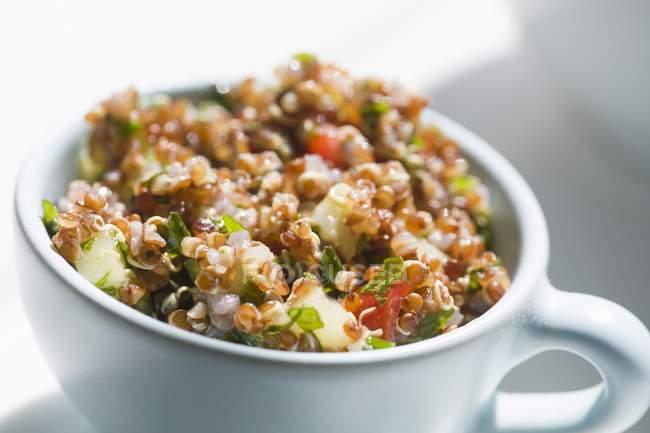 Vista del primo piano dell'insalata di quinoa in tazza bianca — Foto stock
