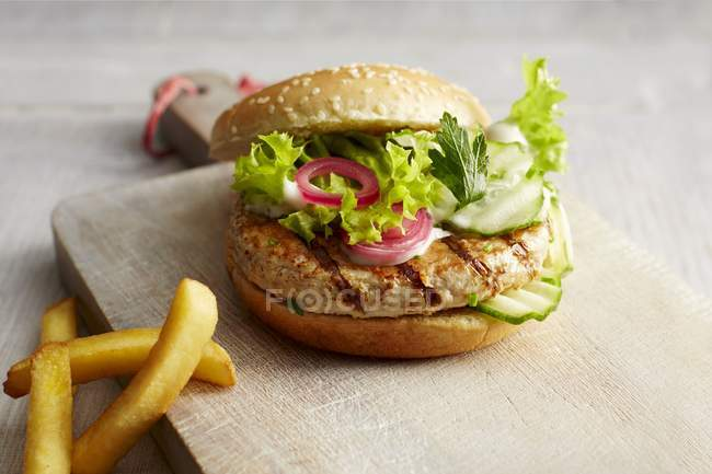Курячі Бургер та картоплю фрі — стокове фото