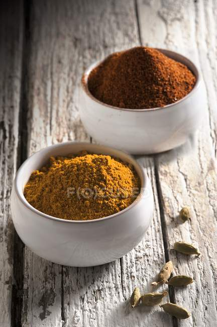 Curry with paprika and cardamom pods — Stock Photo