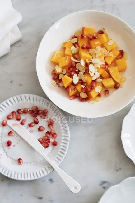 Detailansicht der Persimon Salat mit Granatapfelkernen und Flocken Mandeln — Stockfoto