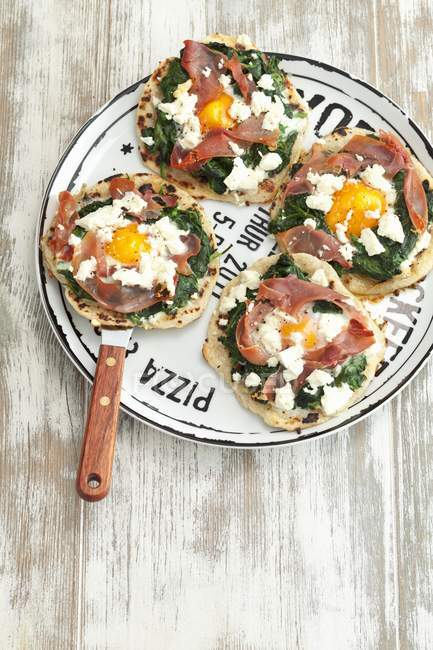 Mini tortilla pizzas with spinach — Stock Photo