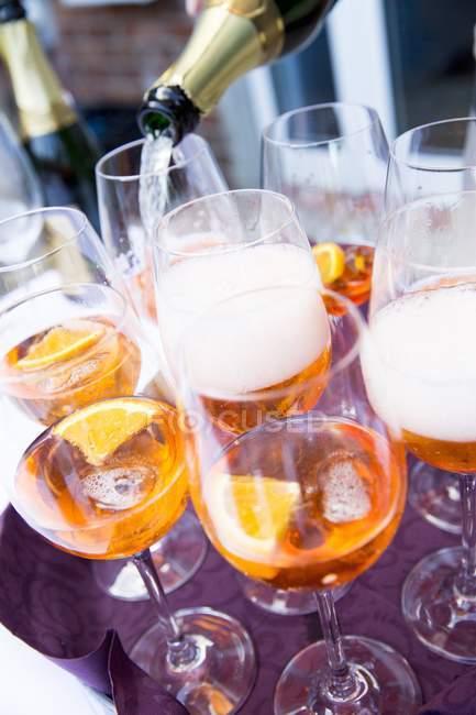 Аперол наполнили шампанским — стоковое фото