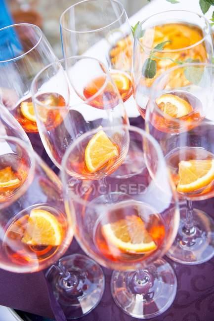 Erhöhten Blick auf Aperol in Weingläsern mit Orangenscheiben — Stockfoto