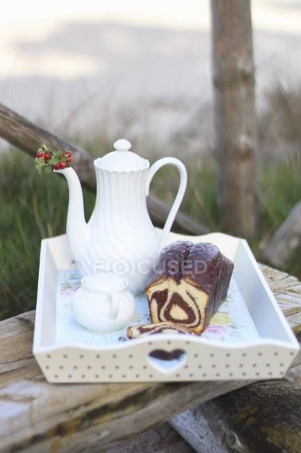 Bolo de mármore e café na bandeja — Fotografia de Stock