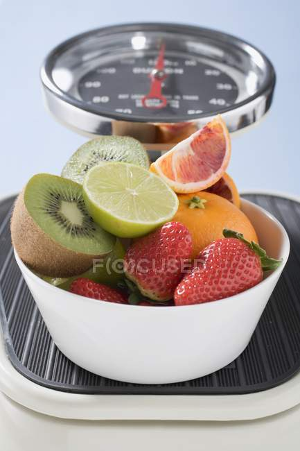 Bowl of fresh fruits and strawberries — Stock Photo
