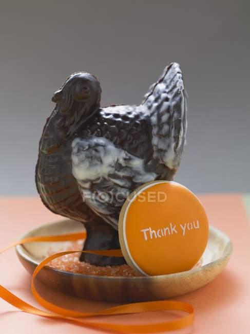 Primo piano vista di tacchino al cioccolato e biscotti con parole di ringraziamento — Foto stock