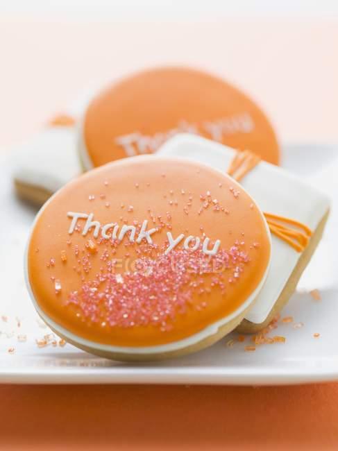 Primo piano vista dei biscotti con parole di ringraziamento sulla glassa colorata — Foto stock