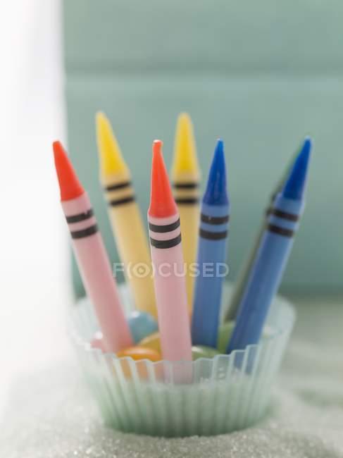 Vue rapprochée des bougies d'anniversaire au crayon sur les bonbons — Photo de stock