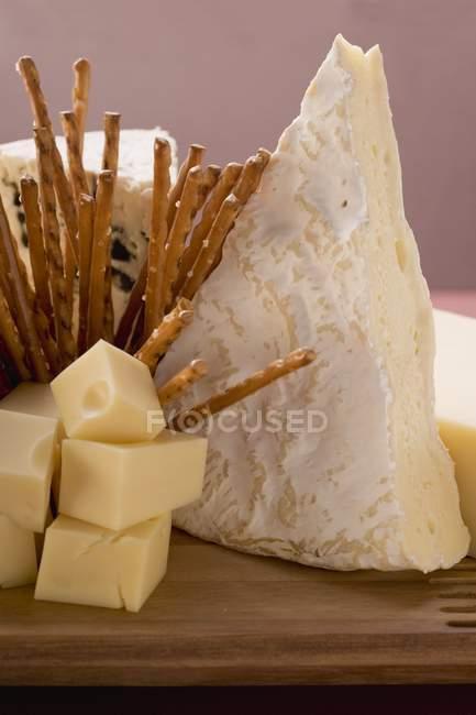 Planches de fromages avec des bâtons — Photo de stock
