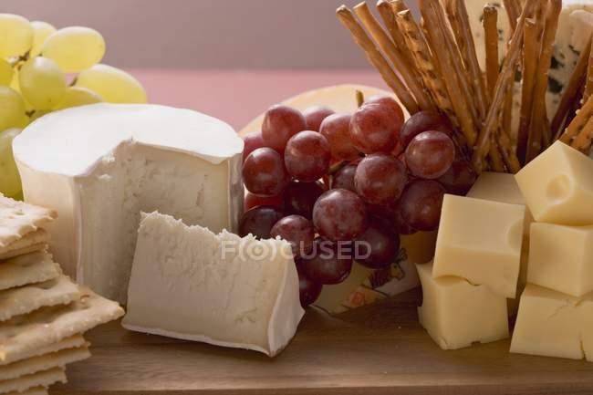 Conseil de fromage aux raisins — Photo de stock