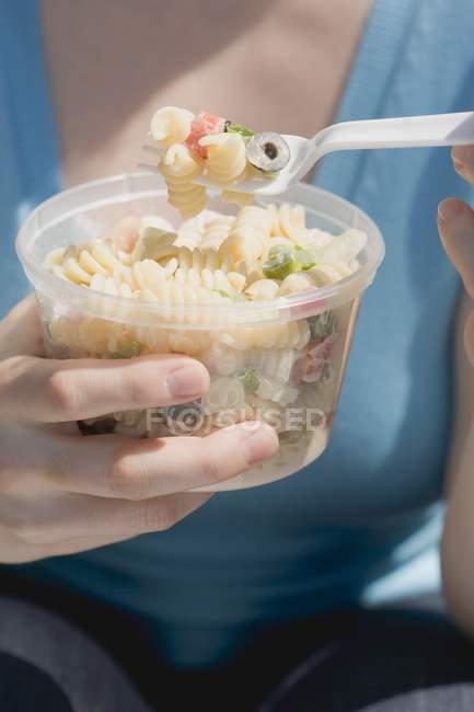 Donna che mangia insalata di pasta fusilli — Foto stock