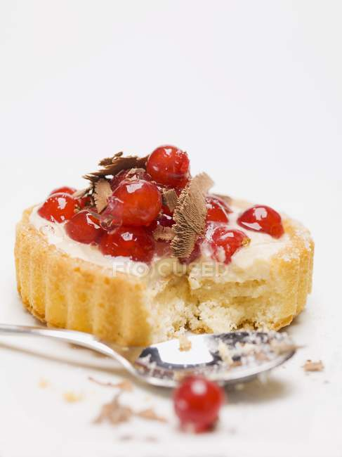 Closeup view of red currant flan with chocolate shavings — Stock Photo