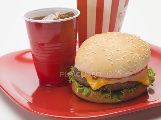 Чеесебургер з скла cola — стокове фото