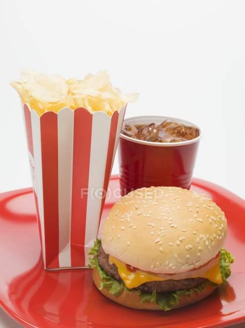 Чеесебургер з картоплею фрі і кола — стокове фото