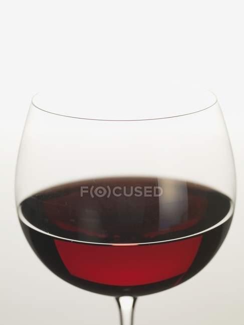Bicchiere con delizioso vino rosso — Foto stock