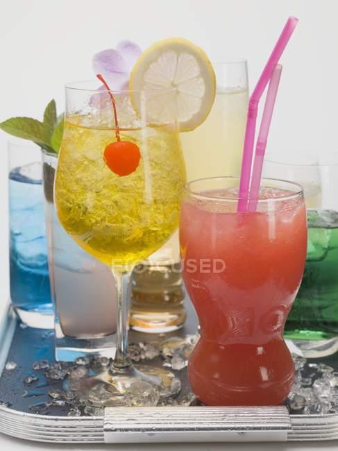 Cocktails exóticos na bandeja — Fotografia de Stock