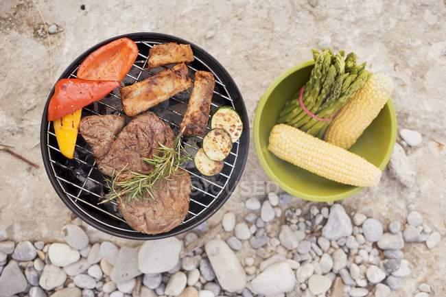 Fleisch und Gemüse auf Grill — Stockfoto