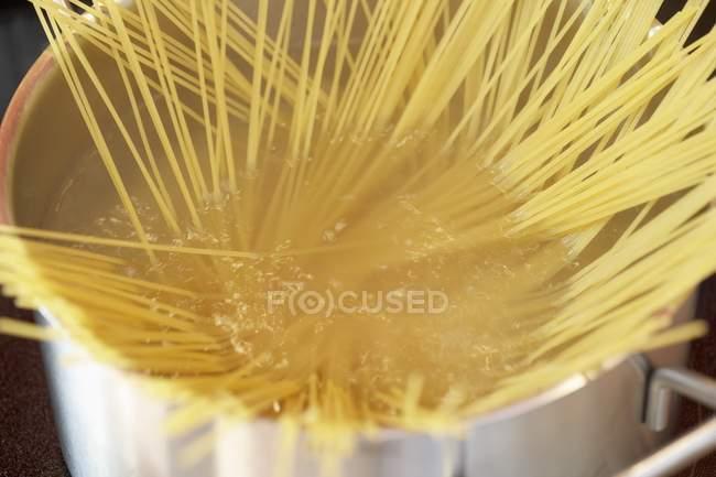 Spaghetti pasta in pan — Stock Photo