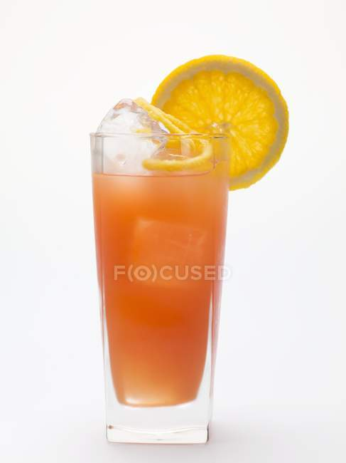 Vista close-up de bebida laranja de sangue com cubos de gelo — Fotografia de Stock