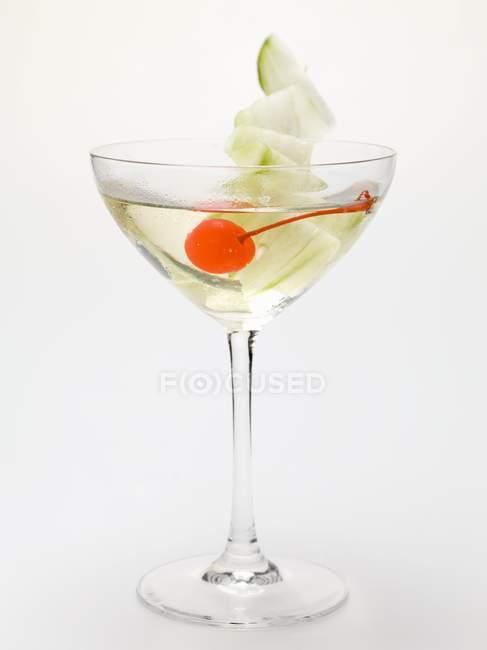 Getränk mit Cocktail Kirsche und Limette — Stockfoto