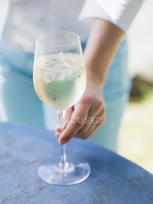 Жінка досягає келих вина — стокове фото
