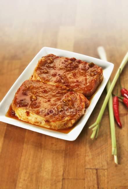 Мариновані raw стейки — стокове фото