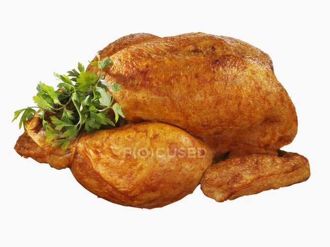 Pollo entero asado con perejil - foto de stock