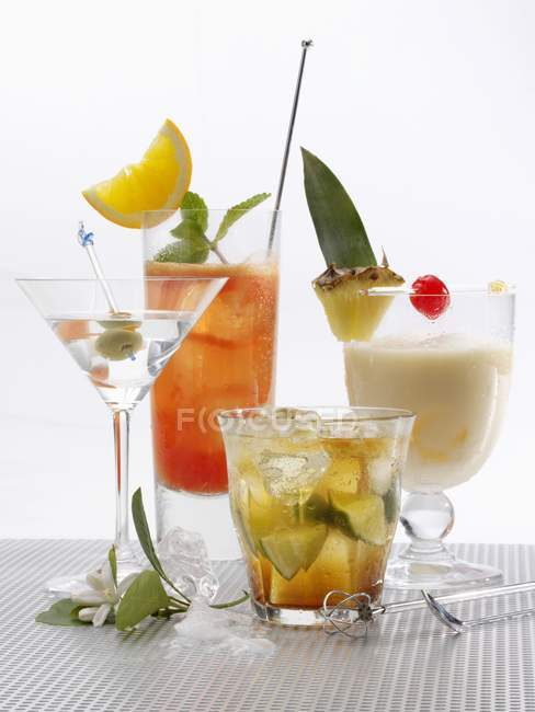 Diferentes cócteles con frutas - foto de stock